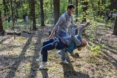 En man hjälper en kvinna att gå på ett rep Royaltyfri Fotografi