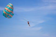 En man hoppa fallskärm på Royaltyfri Fotografi