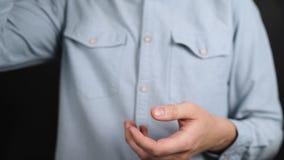 En man i en blå skjorta som rymmer en man` s, rånar med inskriftherr arkivfilmer