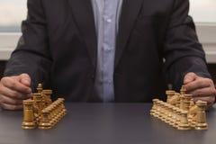 En man i en dräkt betraktar en start i affär royaltyfri bild