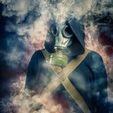 En man i en gasmask arkivbild