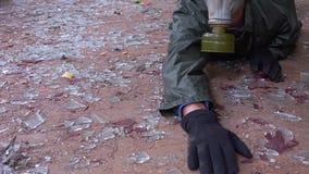 En man i en gasmask kryper och dör lager videofilmer