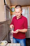 En man i köket förbereder mat En prepar medelålders man royaltyfria foton