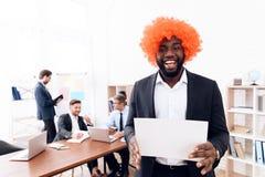 En man i en peruk kom till ett affärsmöte Fotografering för Bildbyråer