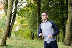 En man i sportkläder kör omkring arkivfoto