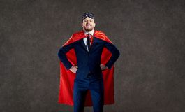 En man i en superherodräkt med positiva sinnesrörelser royaltyfria foton