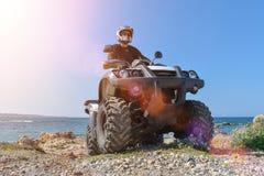 En man kör ATV på av-vägen arkivbilder