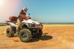 En man kör ATV på av-vägen fotografering för bildbyråer