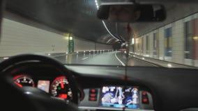 En man kör en bil på natten och drev till och med en tunnel stock video