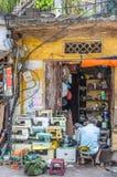 En man kan sett reparera symaskinen i Hanoi den gamla fjärdedelen, huvudstad av Vietnam Fotografering för Bildbyråer