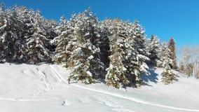 En man klättrar banan i berget i vinter lager videofilmer