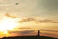 En man lanserar en drake Fotografering för Bildbyråer