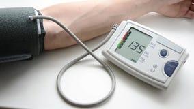 En man mäter blodtryck och hjärta-hastighet arkivfilmer