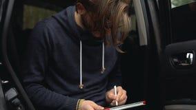 En man målar en bild på en minnestavla