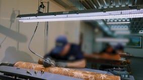 En man maler en bild på axeln för tapetproduktion Vända diagramet på metallmatrisen stock video