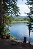 En man med en ryggsäck som beundrar den alpina sjön Silver Lake Uinta-W Arkivbilder