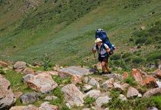 En man med en ryggsäck upp trailen Fotografering för Bildbyråer