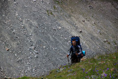 En man med en ryggsäck upp trailen Royaltyfria Bilder