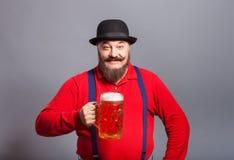 En man med ett exponeringsglas av öl fotografering för bildbyråer