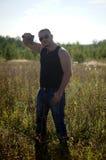 En man med ett vapen i hans händer Arkivbilder