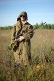 En man med ett vapen i hans händer Arkivfoton