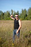 En man med ett vapen i hans händer Arkivfoto