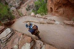 En man med hans behandla som ett barn pojken trekking i den Zion nationalparken Royaltyfri Foto