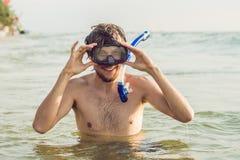 En man med en maskering och en snorkel ska dyka in i havet Fotografering för Bildbyråer