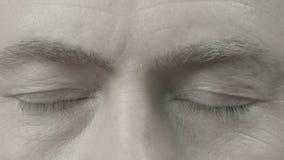En man med stängda ögon arkivfilmer