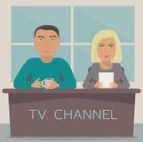 En man och en kvinna är ankaren på TV-utsändning i studion Royaltyfri Bild