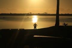 En man och en soluppgång Arkivfoto