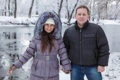 En man och en kvinna är den stående near floden Royaltyfria Foton