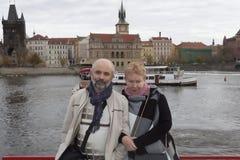 En man och en kvinna av den mogna åldern ombord en riverboat på Vltavaen royaltyfria bilder