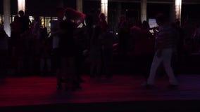 En man och en kvinna dansar lager videofilmer
