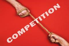En man och en kvinna drar repet Begreppet av konkurrens och rakt till rösta Arkivfoto