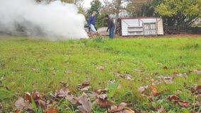 En man och en kvinna mot efterkrav och brännskadasidor arkivfilmer