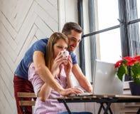 En man och en kvinna som arbetar med bärbara datorn Arkivfoton