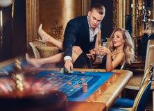 En man och en kvinna spelar i en kasino royaltyfria foton