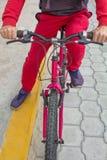 En man på en cykel i den öppna luften, ritter längs vägen Sporthändelser, rida för sportar royaltyfri bild