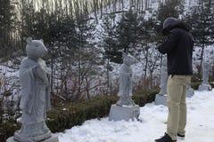 En man på snö Fotografering för Bildbyråer