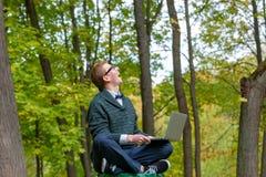 En man på en sockel, som låtsar för att vara en staty i hösten, parkerar arkivbilder