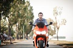 En man på vägen rider en motorcykel royaltyfri foto