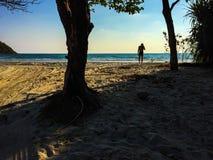 En man p? stranden arkivfoton