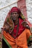 En man poserar för ett foto längs bankerna av Gangesen arkivbild