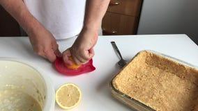 En man pressar fruktsaft på enrymd juicer stock video