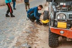 En man pumpar lufthjulet med en kompressor royaltyfri fotografi