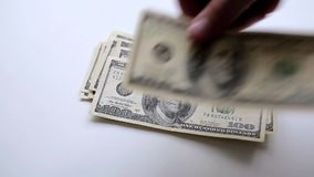En man räknar pengar på tabellen arkivfilmer