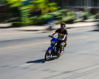 En man rider mopedmannen rider mopeden Arkivbilder