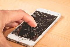 En man rymmer i hans hand en iphone 6S av Apple Inc arkivfoton