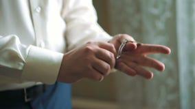 En man sätter hans klocka Fjäril på tabellen stock video